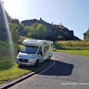 Etwas steiler Parkplatz unterhalb der Burg ...