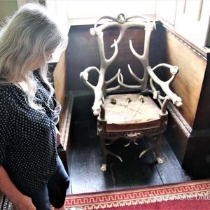 Sollen wir diesen Stuhl für unsere Jäger zu Hause mitnehmen ?