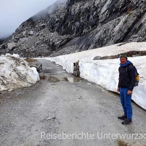 - wir müssen sogar ein Schneefeld überqueren ...