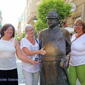 Drei Damen und der dicke Polizist ...